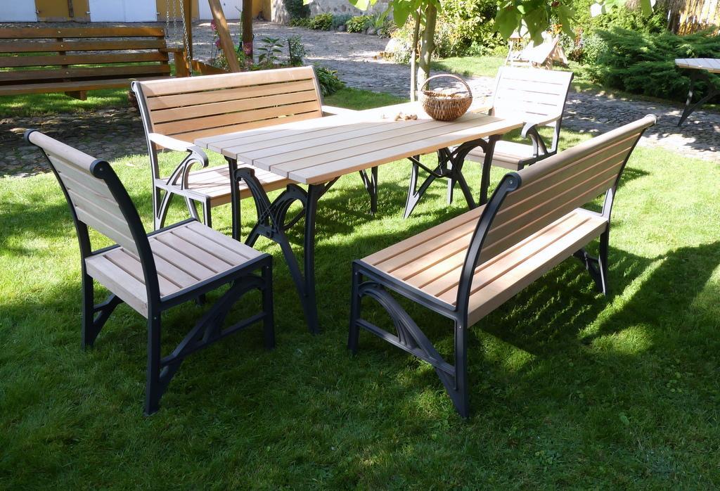 Meble ogrodowe drewniane krzesła ławka stół